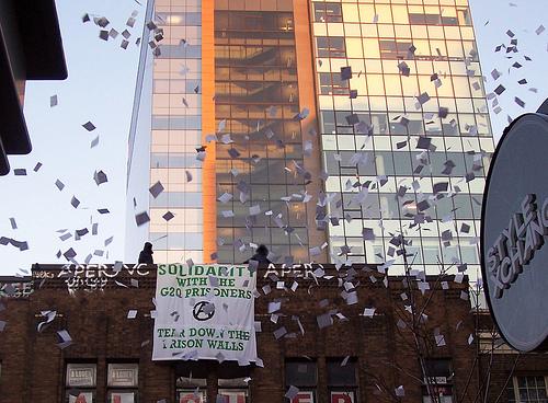 Deux Bannières déployées et des tracts distribués en solidarité avec les prisonniers.ères du G20