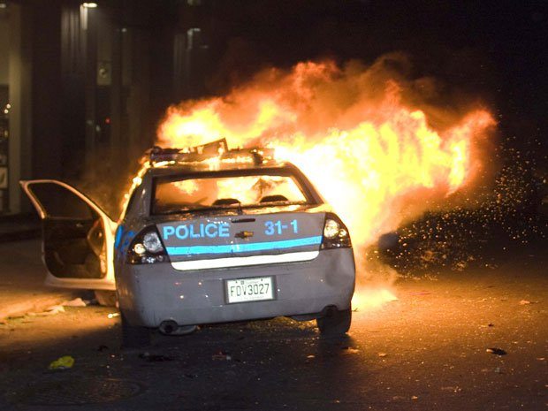 Une voiture de flic incendiée après la manif du 15 mars