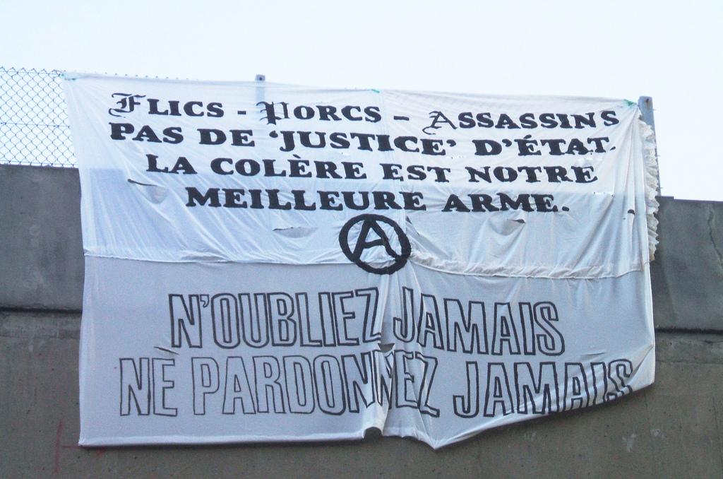 Déploiement d'une bannière anti-police