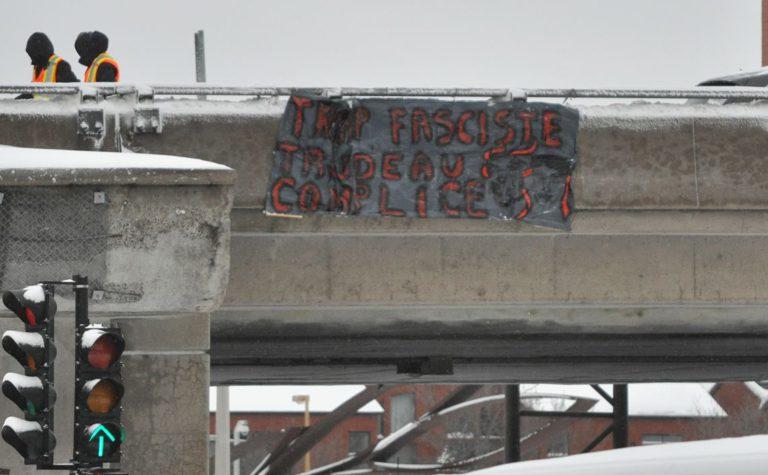 Drop de bannière en opposition à la visite de Trudeau à Washington
