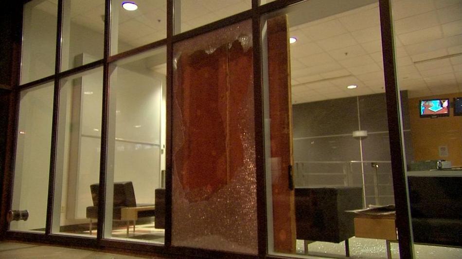 Une vitrine fracassée à TVA après la manif du 15 mars