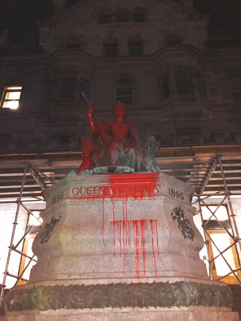 Deux statues de la reine Victoria sont vandalisées à Montréal