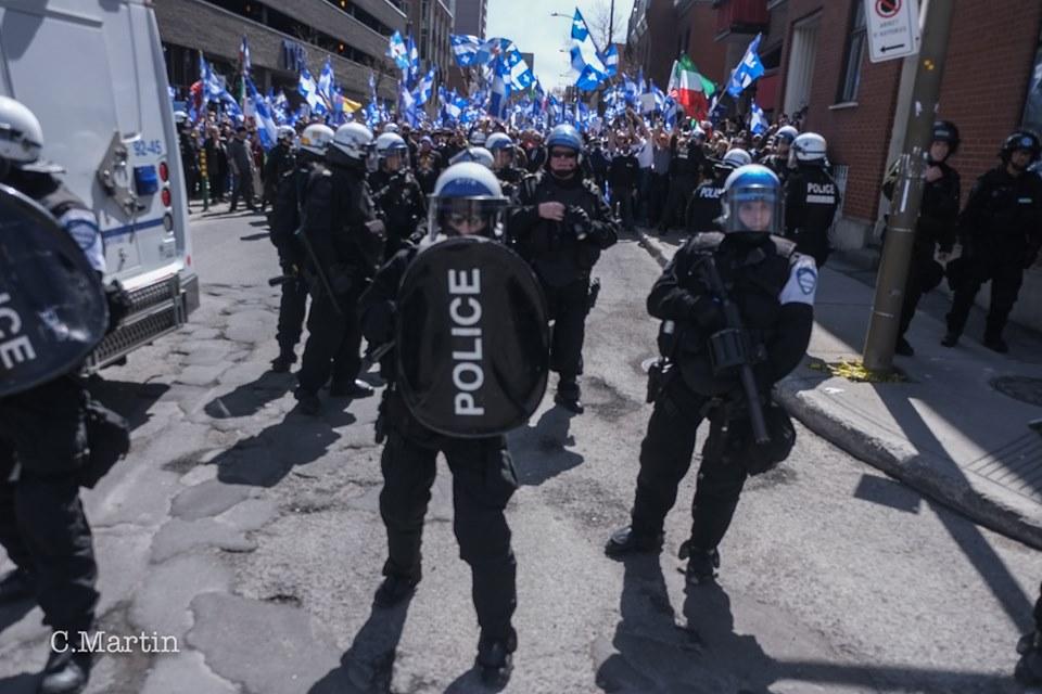 La « Vague bleue » frappe un mur à Montréal : les antifascistes forcent (une fois de plus) la protection policière d'une manifestation nationaliste identitaire