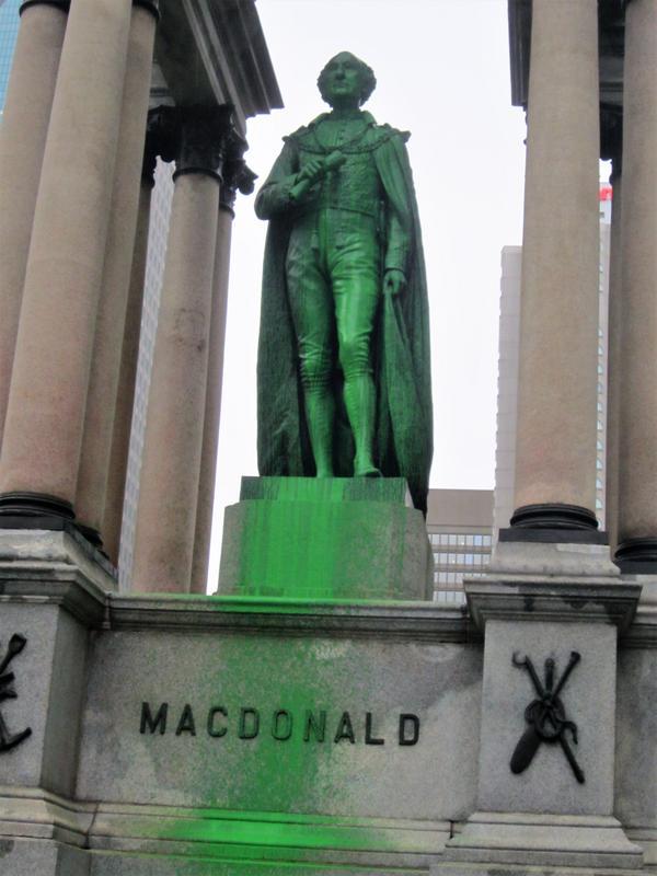 Le monument Macdonald et la statue de la reine Victoria vandalisés à nouveau à Montréal