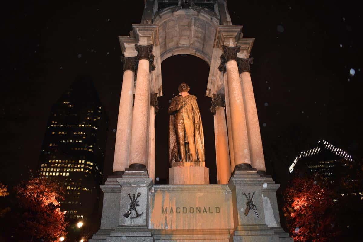 Des zombies anticoloniaux attaquent le monument de John A. Macdonald avec de la peinture orange