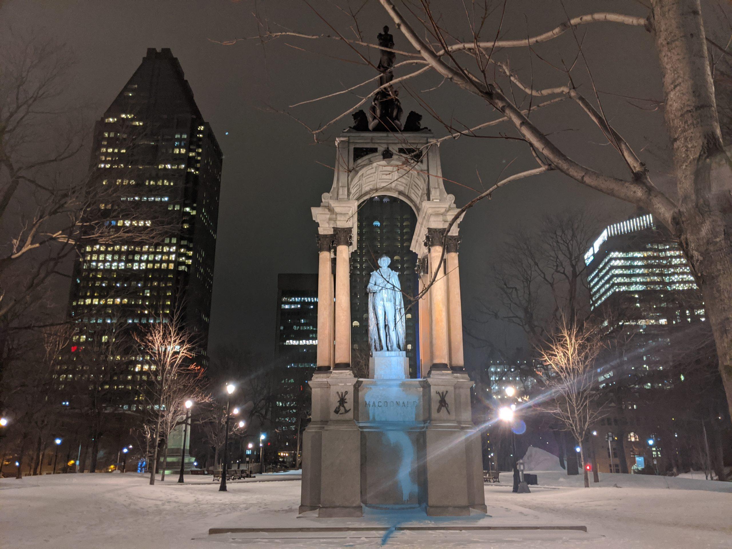 Le monument de Macdonald vandalisé avec de la peinture en solidarité avec les défenseur.e.s des terres autochtones qui luttent contre les pipelines