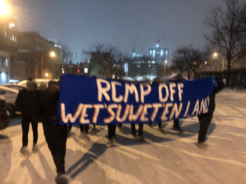 Une manifestation en solidarité avec les Wet'suwet'en rend visite au quartier général québécois de la GRC