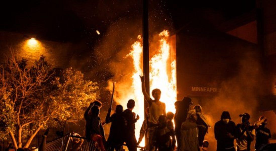 États-Unis: Un commissariat de police incendié à Minneapolis alors que des bâtiments gouvernementaux sont pris d'assaut et que des émeutes se propagent en solidarité avec le soulèvement