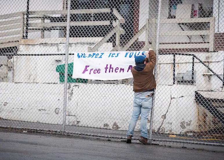 Tandis que le centre de détention de Laval se vide, l'ASFC défend l'idée d'imposer des bracelets GPS aux migrant.e.s