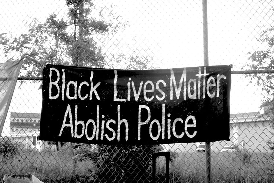 Des Montréalais.e.s reclament le definancement de la police, de decarceration des prisons
