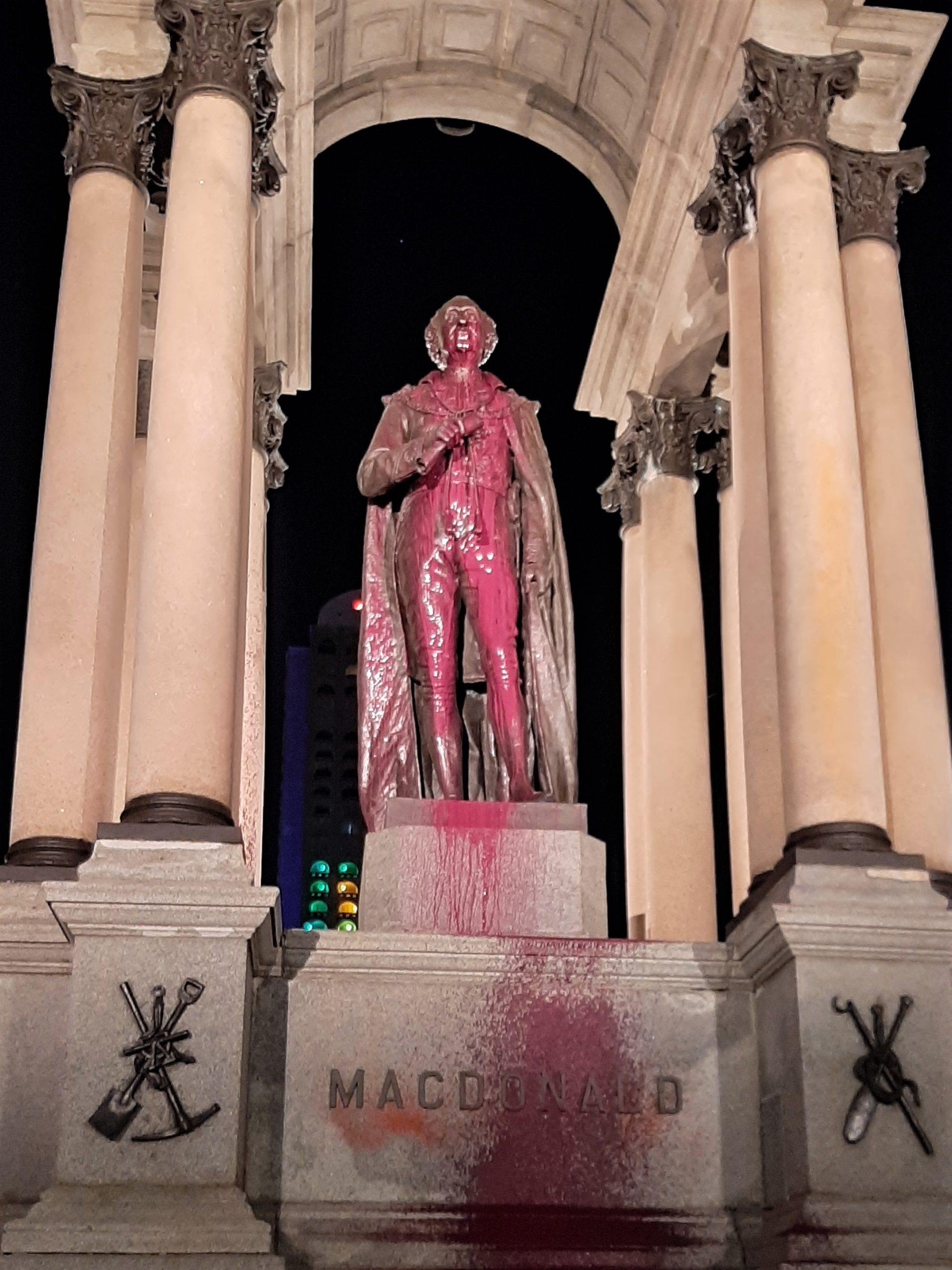 Le monument raciste de John A. Macdonald vandalisé avec de la peinture