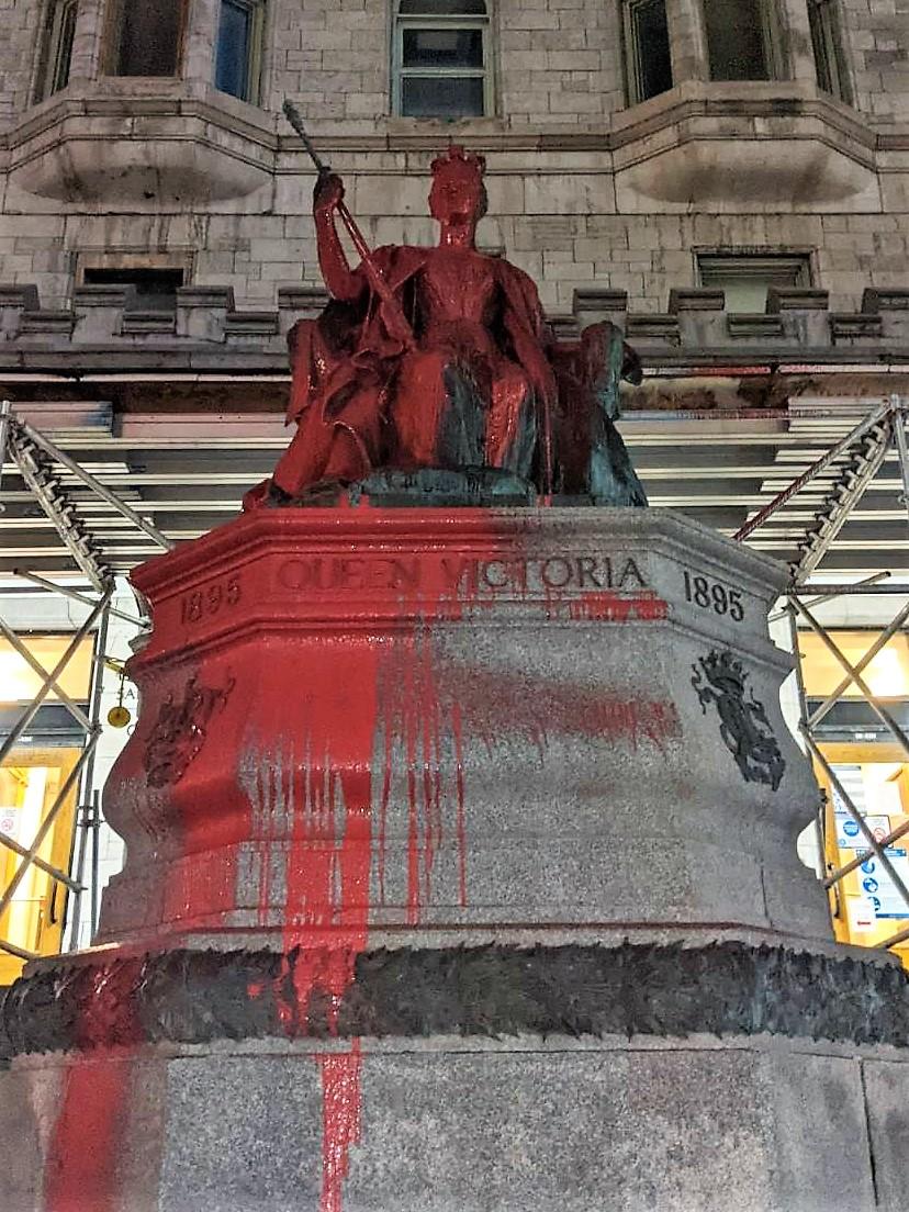 La statue de la reine Victoria vandalisée après le couvre-feu à l'occasion de la Saint-Patrick