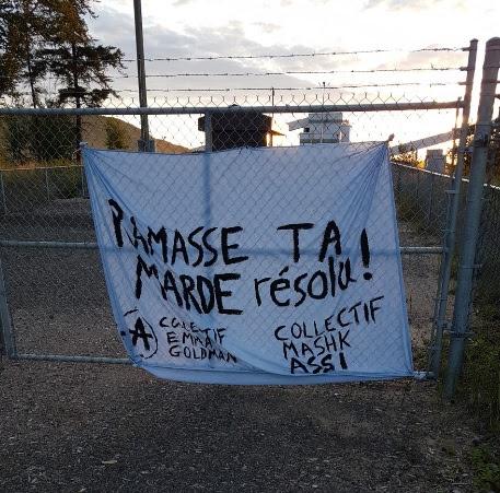 Une bannière suspendue à Saint-Félicien pour dénoncer les déversements dans l'Ashuapmushuan